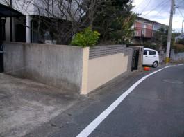 外構リフォーム前の門まわりの様子です。以前は壁に囲まれたクローズ外構でした。