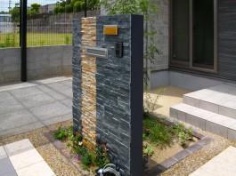 福岡県飯塚市の自然石を贅沢に使用した美しい門柱、門廻り、エクステリア外構工事。