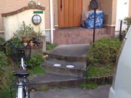 門まわりのリフォーム前の写真です。門柱の塗装や階段の仕上げをリフォームします。