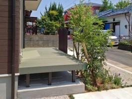 福岡県福岡市早良区の緑・グリーンのウッドデッキを庭に施工し、ポールで目隠しした例。