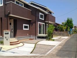 福岡県福岡市早良区の新築外構でレンガの可愛いアプローチ工事。ガラスの門柱も。
