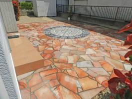 福岡県糟屋郡宇美町の庭・ガーデン工事。石をランダムに敷いたガーデンづくり。階段も。