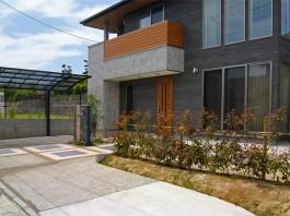 福岡県飯塚市、レッドロビンの生垣を植えた新築エクステリア工事。ガーデンテラスの目隠し。