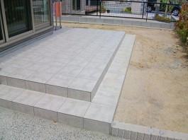 福岡県飯塚市のタイルで作ったガーデンテラスが庭にある新築エクステリア工事。