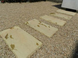 福岡県糟屋郡宇美町の庭・ガーデン工事。石をランダムに敷いたガーデンづくり。砂利も。