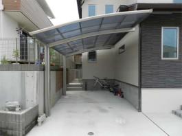 車庫に1台分のカーポート屋根を取付けました。奥に見えている自転車も守られますね。