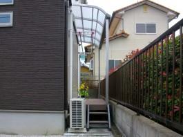 家の側面にウッドデッキとテラス屋根を施工しました。隣には勝手口があります。