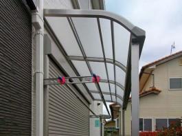 出幅の短いのテラス屋根を施工。規格サイズが敷地からはみ出る場合はカットできます。
