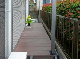 家とブロックの間を有効活用。ウッドデッキを付けると小さなガーデンへ早変わり。