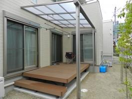 ウッドデッキとテラス屋根を施工した例です。洗濯物を干す時便利な竿掛けセット付き。
