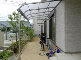 掃き出し窓の前にテラス屋根を施工しました。竿掛けセットも付けて洗濯物干しスペースに。