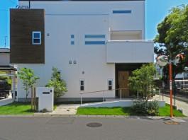 家の外観とマッチしている外構デザイン。