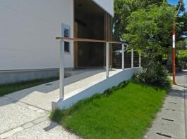 玄関前にスロープのアプローチを作成。手すりもつけて安全性にも配慮。
