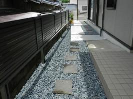 方形の石、クロボカンは何とも言えない味わいがあります。アプローチのアクセントに最適。