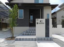 玄関扉の前に門柱を施工。安定感がありますね。