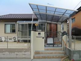 門から玄関までの道に屋根を付けました。カーポートはアプローチの屋根としても活躍!