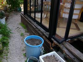 ウッドデッキとガーデンルームの施工前の写真です。デッキが腐朽しています。