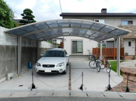家の新築に伴い、駐車場とカーポートを施工しました。車庫はレンガで目地を入れています。