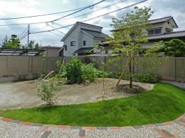 お庭の中からの様子です。しっかりと目隠しがされており、お庭がプライベートな空間に。