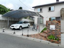 門まわりの横に車庫とカーポートも施工。使い勝手の良い新築外構です。