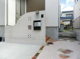 福岡県春日市の外構エクステリア工事です。特に門柱(玄関前の壁)のデザインにこだわりました。