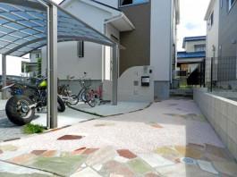 玄関までのアプローチを美しくデザインした外まわり工事です。曲線と暖色の優しいデザインですね。