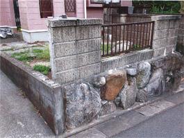 車庫を作成する前のお庭です。ブロックを壊して、スロープをつくります!