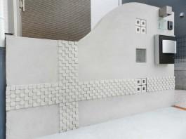 玄関前の塀にはオンリーワンの凸凹モザイクタイル、キューブリック・フォーを使用しました。