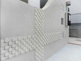 白壁に貼った凸凹モザイクタイルをアップでご覧ください!陰影があると存在感が増します。
