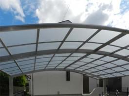 福岡県のカーポート設置工事です。屋根材は熱線吸収ポリカです。車の温度上昇を抑えます。