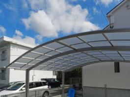 車庫に車の屋根となるカーポートを設置。カーポートの屋根と青空のステキな組み合わせ。