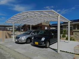 福岡県筑紫野市のS様邸です。車5台分の車庫と、2台分のカーポート屋根を施工しました。