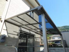 家の壁にテラス屋根を取り付けました。洗濯物を外で干す際、便利です。