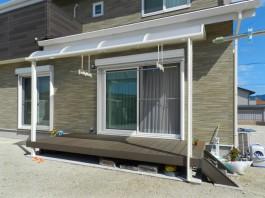 庭先にウッドデッキを施工し、その上にテラス屋根を取り付けました。