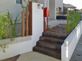 宇美町H様の新築外構工事です。木調の階段とアンティークな門柱やポストが素敵!