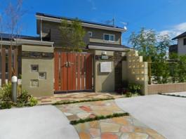 素敵な家を、素敵な門まわりがさらに彩ります。