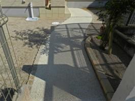 緩やかな曲線のアプローチには植栽の影がやさしく映り込みます♪