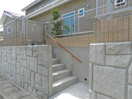 家の裏側に出入り口を作成。