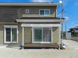 庭先にウッドデッキとテラス屋根を施工。洗濯物を干す時に便利です!
