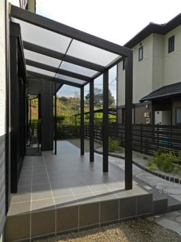 お庭に屋根があると便利です。お庭の使い方が広がります。