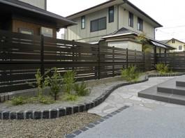 植栽と一体となりお庭をおしゃれな空間にしてくれるEウッドスタイル。
