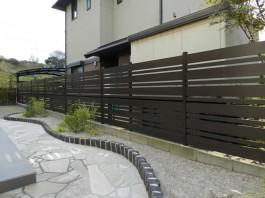 フェンスは幅の大きいサイズ、小さいサイズを交互に施工しました。