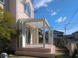 お庭の窓にタイルで階段をつくり、ガーデンルームを設置しました。