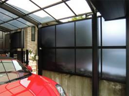 カーポートの側面にサイドパネルを施工しました。雨風の軽減や、目かくしの効果もあります。