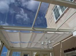透明度の高いポリカ屋根からのぞく青い空。奥は内部日除けをスライドさせています。