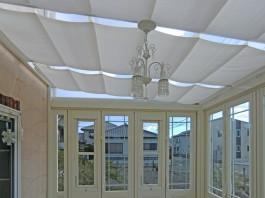 ガーデンルーム内の様子です。自然光が降り注ぐ、明るいガーデンリビング。