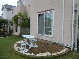 これからガーデンルームを取付けます。ガーデンルームはお庭のリフォームに最適です。
