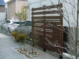 樹脂でできた木目調のおしゃれなフェンスを施工しました。目かくしとしても活躍します。