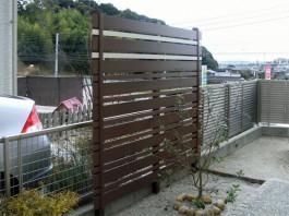 お庭の一部におしゃれなEウッドスタイルを施工。樹脂製品なので腐りません!