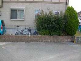 福岡県福岡市南区の車庫リフォーム(引戸+門柱+カーポート)外構工事前。